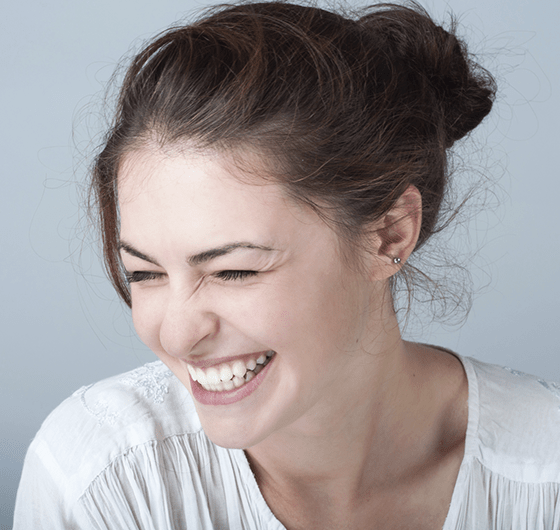 Woman with a beautiful smile, thanks to porcelain veneers
